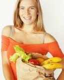 Blonde Frau der Junge recht am Einkaufen mit Lebensmittel herein Stockfotos