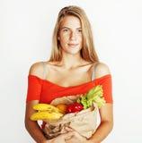 Blonde Frau der Junge recht am Einkaufen mit Lebensmittel in Papiertüteisolator Lizenzfreies Stockfoto
