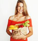 Blonde Frau der Junge recht am Einkaufen mit Lebensmittel in Papiertüteisolator Lizenzfreie Stockfotos