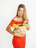 Blonde Frau der Junge recht am Einkaufen mit Lebensmittel in Papiertüteisolator Stockbilder