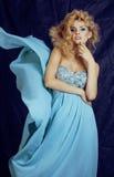 Blonde Frau der Junge recht im blauen Luxuskleid Lizenzfreies Stockfoto