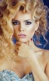 Blonde Frau der Junge recht im blauen Luxuskleid Lizenzfreie Stockfotografie