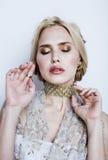 Blonde Frau der Junge recht im Luxusschmuck, reiches Leutekonzept des Lebensstils Stockfotografie