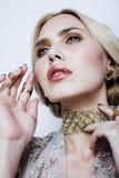 Blonde Frau der Junge recht im Luxusschmuck, reiches Leutekonzept des Lebensstils Stockbilder