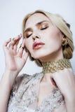 Blonde Frau der Junge recht im Luxusschmuck, reiches Leutekonzept des Lebensstils Stockfoto