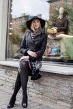 Blonde Frau der Junge recht im stilvollen Hut, europäisches kühles Wetter der Straßenmode, Stadtleben Stockbilder