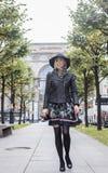 Blonde Frau der Junge recht im stilvollen Hut, europäisches kühles Wetter der Straßenmode, Stadtleben Stockfotografie