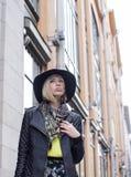 Blonde Frau der Junge recht im stilvollen Hut, Straße Stockfoto