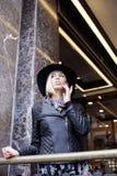 Blonde Frau der Junge recht im stilvollen Hut, Straße Lizenzfreie Stockfotos