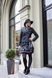 Blonde Frau der Junge recht im stilvollen Hut, Straße Lizenzfreie Stockfotografie