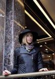Blonde Frau der Junge recht im stilvollen Hut, Straße Stockfotos