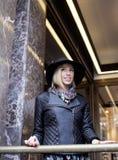 Blonde Frau der Junge recht im stilvollen Hut, Straße Lizenzfreies Stockfoto