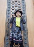 Blonde Frau der Junge recht im stilvollen Hut, Straße Stockfotografie