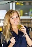 Blonde Frau der Junge recht mit Champagner in der Küche Stockbild