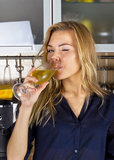 Blonde Frau der Junge recht mit Champagner in der Küche Stockfotos
