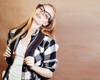Blonde Frau der Junge recht mit dem Smartphone, der das Lächeln, machend aufwirft Lizenzfreies Stockfoto