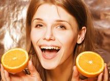 Blonde Frau der Junge recht mit halben Orangen schließen oben auf dem weißen hellen Jugendlächeln Lizenzfreie Stockbilder