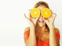 Blonde Frau der Junge recht mit halben Orangen schließen oben an lokalisiert Stockfotografie