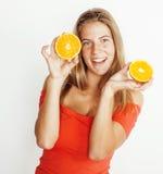 Blonde Frau der Junge recht mit halben Orangen schließen oben lokalisiert auf dem weißen hellen Jugendlächeln Stockfoto