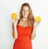 Blonde Frau der Junge recht mit halben Orangen schließen oben lokalisiert auf dem weißen hellen Jugendlächeln Stockbild