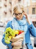 Blonde Frau der Junge recht mit Lebensmittel beim Taschengehen Stockfoto