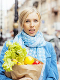 Blonde Frau der Junge recht mit Lebensmittel in der Tasche gehend auf Straße Stockfotos