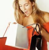 Blonde Frau der Junge recht mit Taschen auf Weihnachten Stockfoto