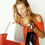 Blonde Frau der Junge recht mit Taschen auf Weihnachten Lizenzfreies Stockfoto