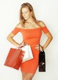 Blonde Frau der Junge recht mit Taschen auf Weihnachten Lizenzfreies Stockbild
