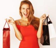 Blonde Frau der Junge recht mit Taschen auf Winterschlussverkauf in rotem Kleid I Stockbild