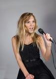 Blonde Frau der Junge recht singen Stockfoto