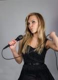 Blonde Frau der Junge recht singen Stockfotos