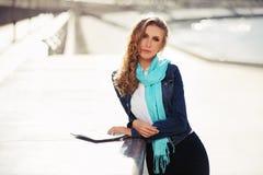 Blonde Frau der jungen Mode auf der Stadtstraße Lizenzfreie Stockfotos
