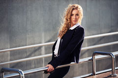 Blonde Frau der jungen Mode auf der Stadtstraße Stockfoto