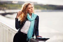 Blonde Frau der jungen Mode auf der Stadtstraße Lizenzfreies Stockbild