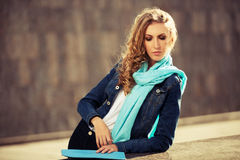 Blonde Frau der jungen Mode auf Stadtstraße Stockfoto