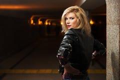 Blonde Frau der jungen Mode in der Lederjacke Lizenzfreie Stockbilder