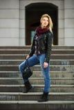 Blonde Frau der jungen Mode in der Lederjacke Lizenzfreie Stockfotografie