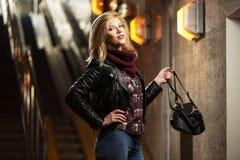 Blonde Frau der jungen Mode in der Lederjacke mit Handtasche Stockfotografie