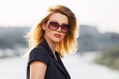 Blonde Frau der jungen Mode in der Sonnenbrille im Freien Stockbilder