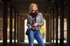 Blonde Frau der jungen Mode, die in das Mall geht Stockfotos
