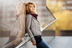 Blonde Frau der jungen Mode, die an der Wand steht Lizenzfreie Stockfotos