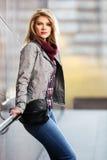 Blonde Frau der jungen Mode, die an der Wand steht Lizenzfreie Stockbilder