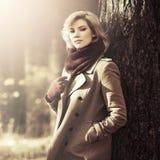 Blonde Frau der jungen Mode, die in Herbstwald geht Lizenzfreies Stockfoto