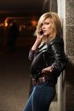 Blonde Frau der jungen Mode, die um Handy ersucht Lizenzfreies Stockfoto