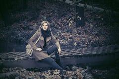 Blonde Frau der jungen Mode im Herbstwald Lizenzfreies Stockfoto
