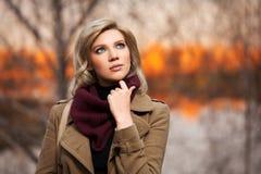 Blonde Frau der jungen Mode im Herbstwald Stockfoto