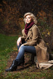 Blonde Frau der jungen Mode im Herbstwald Stockbilder