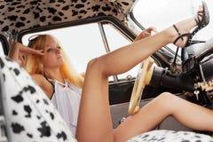 Blonde Frau der jungen Mode im Retro- Auto Lizenzfreie Stockfotos