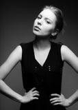 Blonde Frau der jungen Mode im schwarzen Kleid Lizenzfreie Stockbilder